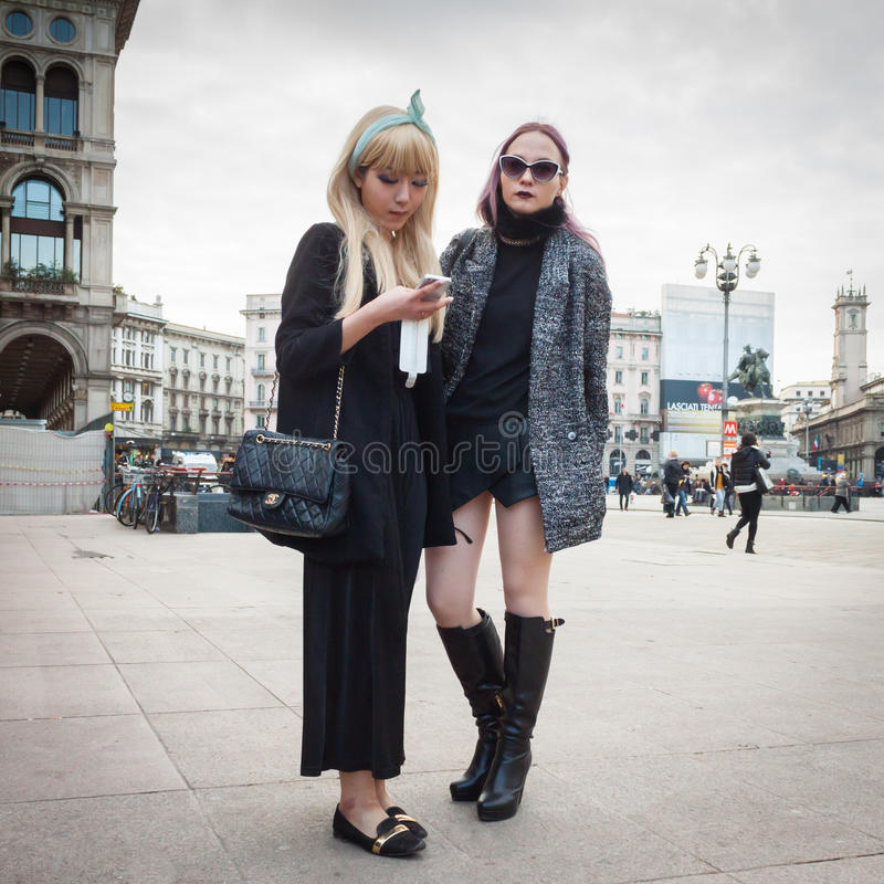 Povos fora das construções dos desfiles de moda para a semana de moda 2014 de Milan Women foto de stock royalty free