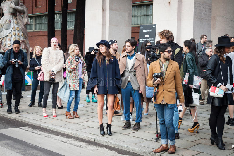 Povos fora das construções dos desfiles de moda para a semana de moda 2014 de Milan Women fotografia de stock royalty free