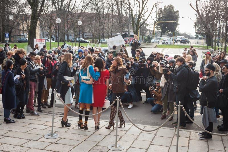 Povos fora das construções dos desfiles de moda para a semana de moda 2014 de Milan Women foto de stock