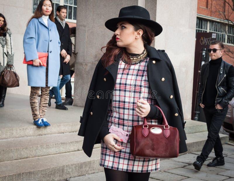 Povos fora das construções dos desfiles de moda para a semana de moda 2014 de Milan Women imagem de stock royalty free