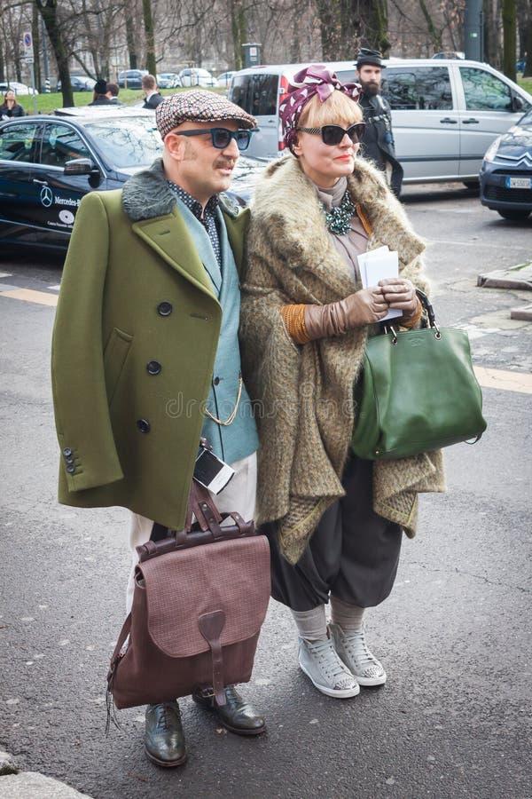 Povos fora das construções dos desfiles de moda para a semana de moda 2014 de Milan Women imagens de stock royalty free