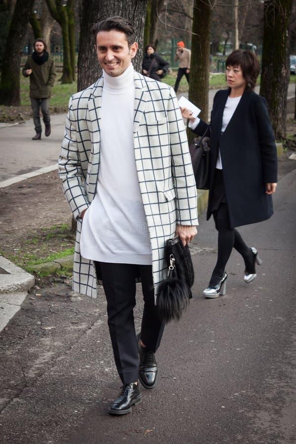 Povos fora das construções dos desfiles de moda para a semana de moda 2014 de Milan Women fotografia de stock