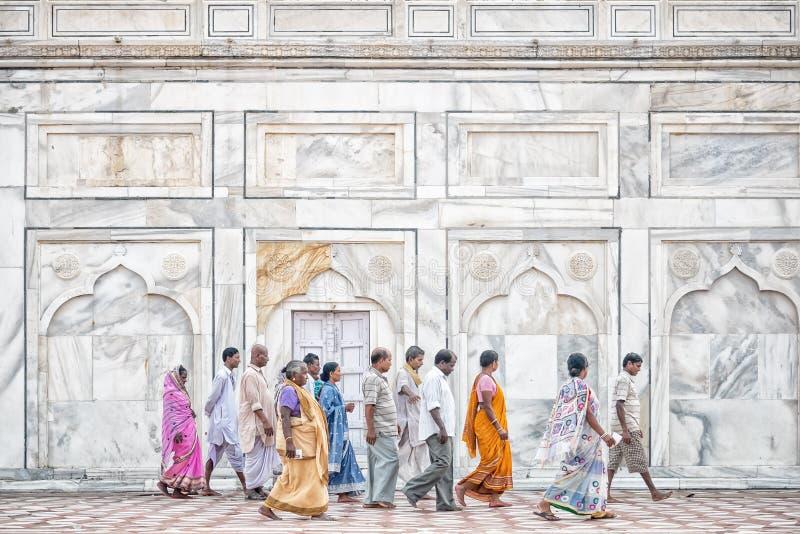 Povos fora de Taj Mahal, Agra, Índia fotografia de stock royalty free