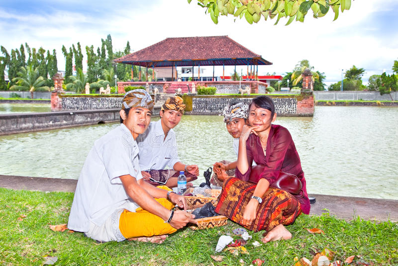 Povos Hindu após a procissão, Lombok, Indonésia imagem de stock royalty free
