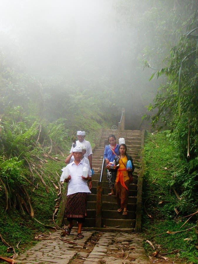 Povos hindu do Balinese na névoa imagens de stock