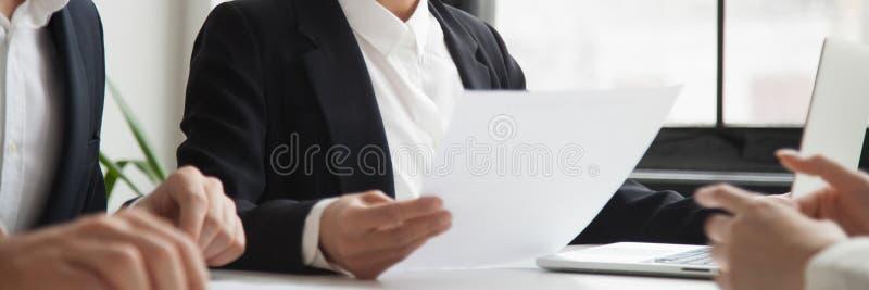 Povos horizontais da imagem que sentam-se na tabela durante a entrevista de trabalho imagem de stock