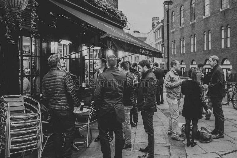 Povos ingleses que bebem em um terraço da taberna imagem de stock royalty free