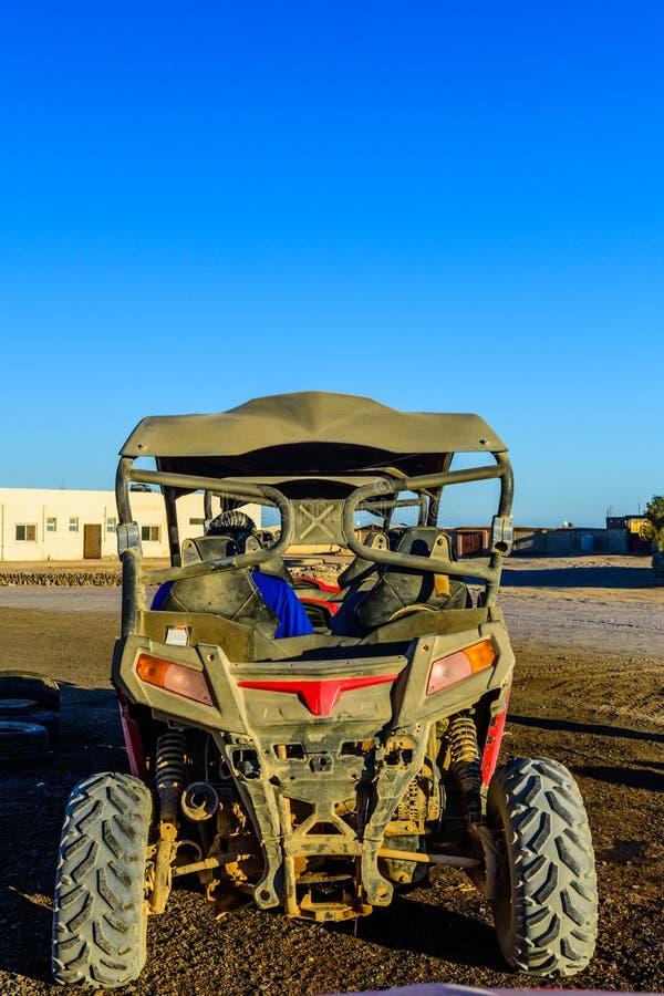 Povos irreconhecíveis no carrinho durante a viagem do safari no deserto árabe não longe da cidade de Hurghada, Egito imagem de stock royalty free
