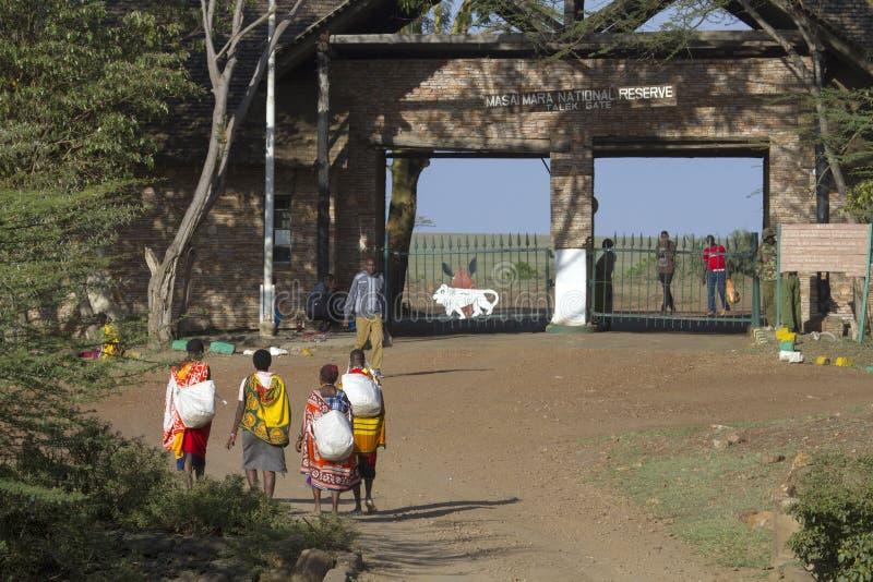 Povos locais do Masai que andam para a porta de Talek foto de stock