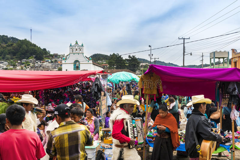Povos locais em um mercado de rua da cidade de San Juan Chamula, Chiapas, México fotos de stock
