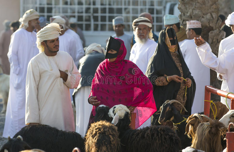 Povos locais no mercado da cabra em Nizwa fotos de stock royalty free