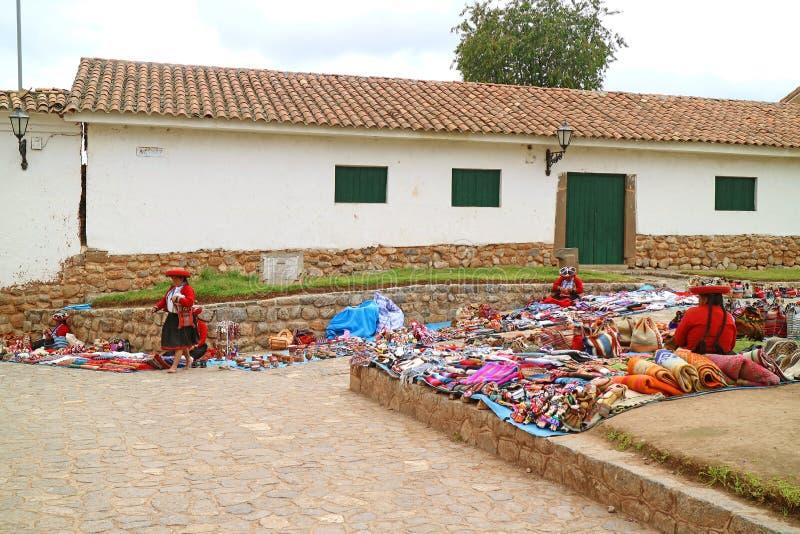 Povos locais que andam no mercado tradicional na plaza da cidade da cume de Chinchero, Cuzco, Peru fotos de stock royalty free