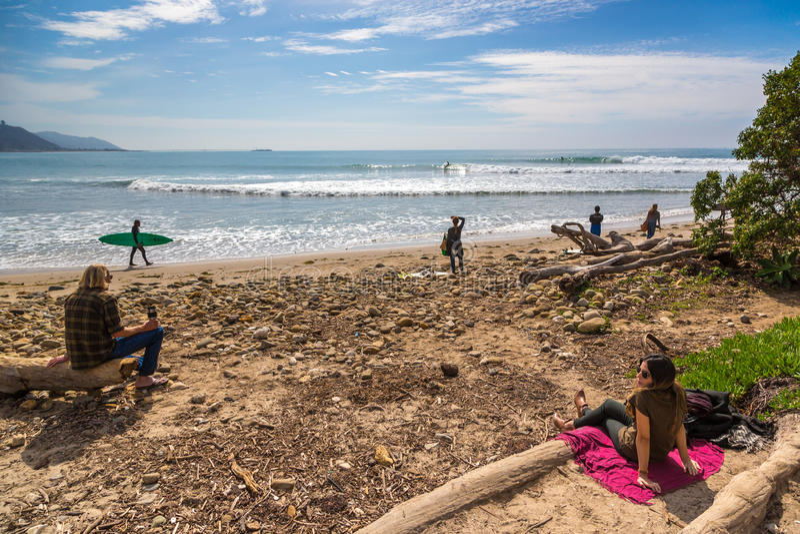 Povos locais que apreciam um dia ensolarado no ponto famoso da ressaca de Rincon em Califórnia, EUA fotos de stock