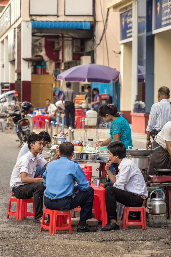 Povos locais que comem o alimento da rua em Yangon, Myanmar imagem de stock
