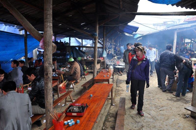 Povos locais que comem o almoço no mercado de Bac Ha, Vietname fotografia de stock