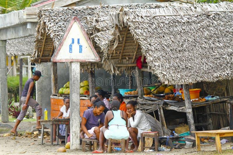 Povos malgaxes desconhecidos que seeling o alimento tradicional fotos de stock royalty free
