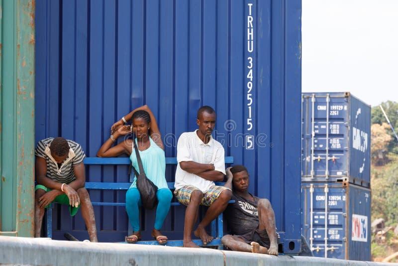 Povos malgaxes que descansam à sombra dos recipientes em intrometido imagem de stock royalty free