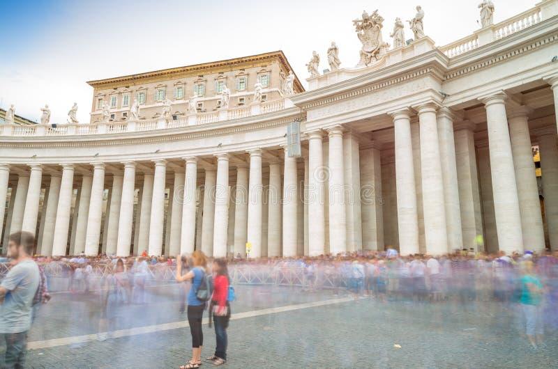 Povos moventes Blurred em St Peter Square, Cidade Estado do Vaticano fotografia de stock royalty free