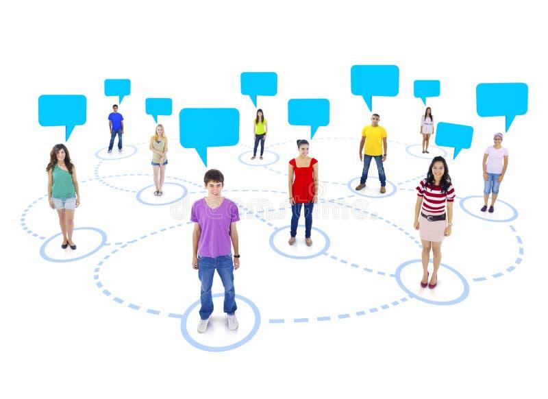 Povos Multi-étnicos conectados com bolhas do discurso fotos de stock