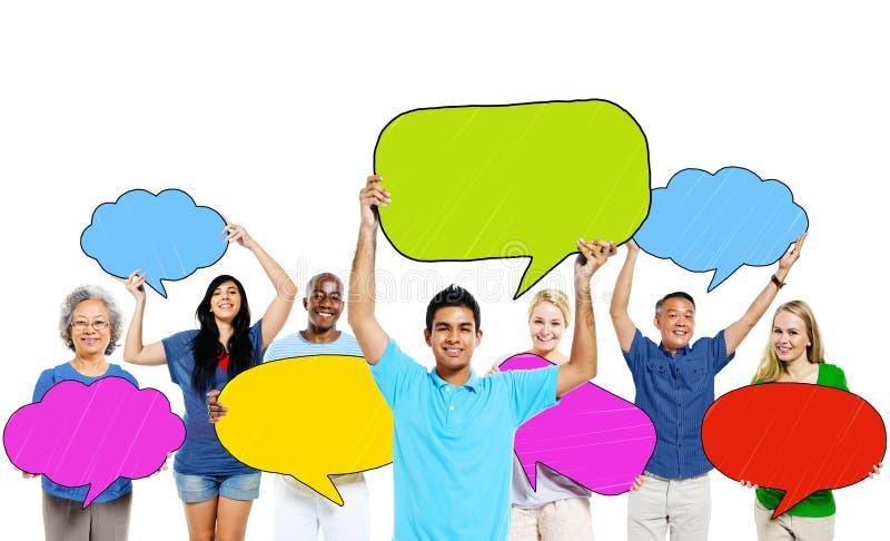Povos Multi-étnicos e bolhas coloridas do discurso imagem de stock