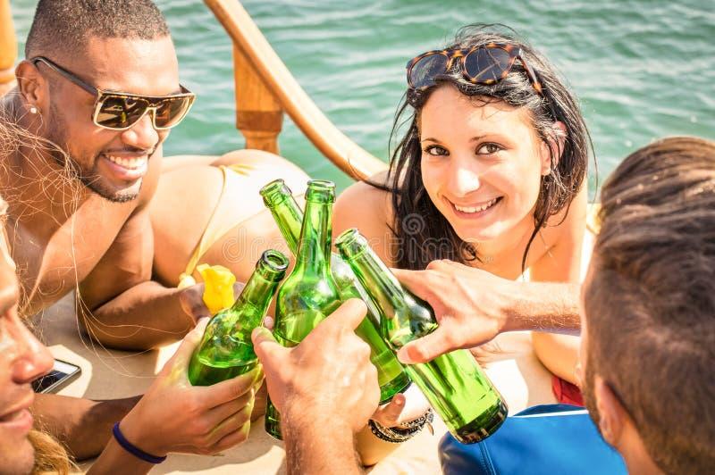 Povos multirraciais no iate que bebem junto - o grupo de amigos fotografia de stock