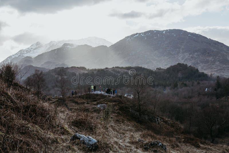 Povos não identificados em uma plataforma da visão perto do viaduto de Glenfinnan, Escócia imagem de stock