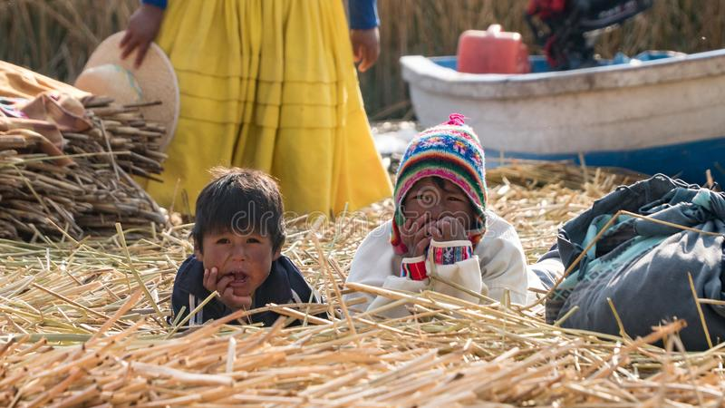Povos não identificados na ilha de flutuação Isla Flotante, lago Titicaca, Peru fotos de stock