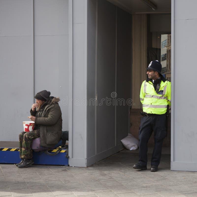 Povos não identificados na parte central da cidade no tempo de manhã foto de stock