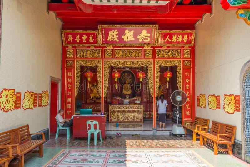 Povos não identificados no templo de Wat Leng Nei Yee Chinese em Banguecoque imagem de stock royalty free