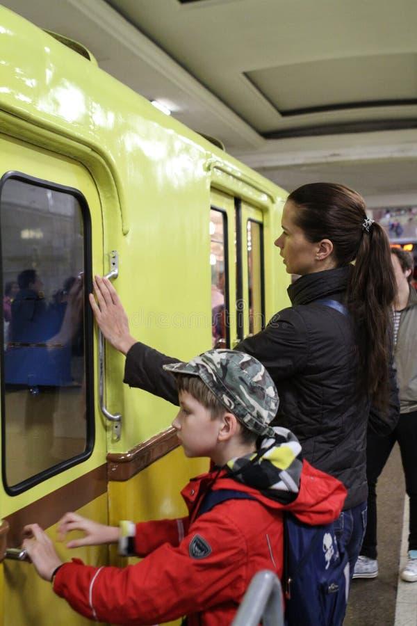 Povos não identificados para tocar em um carro de metro velho imagens de stock royalty free