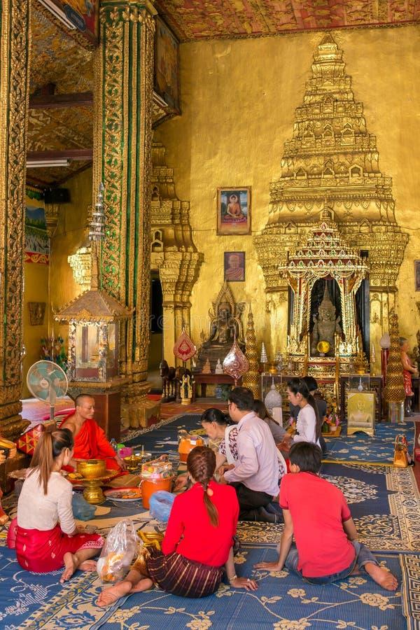Povos não identificados que fazem um oferecimento no templo de Wat Si Muang em Vientiane, Laos fotografia de stock