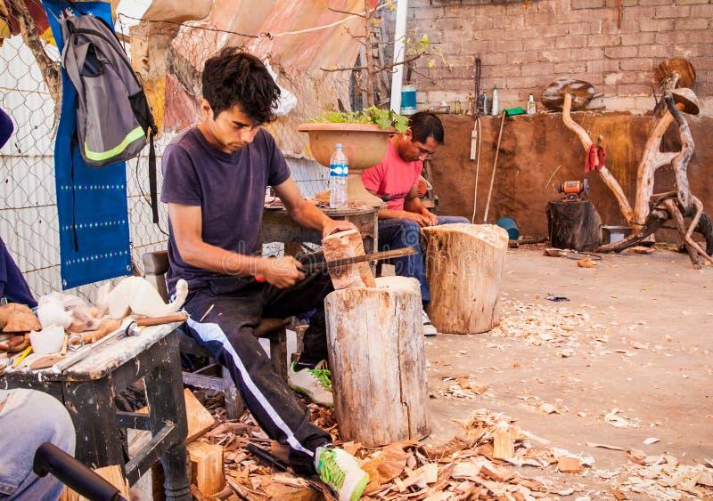 Povos não identificados que fazem uma habilidade da madeira no traditiona imagem de stock
