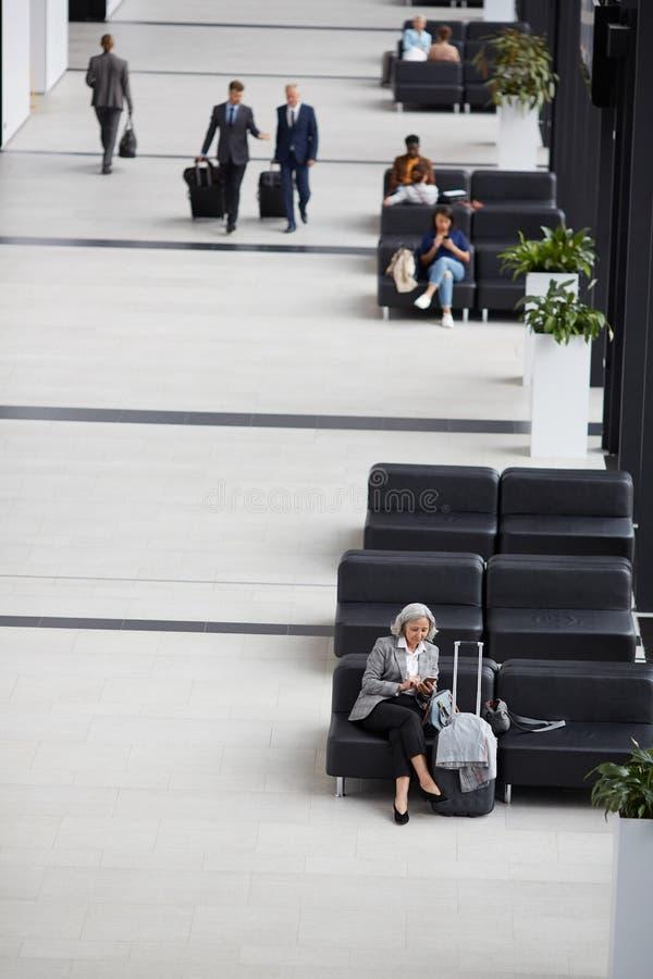 Povos na área do aeroporto foto de stock royalty free