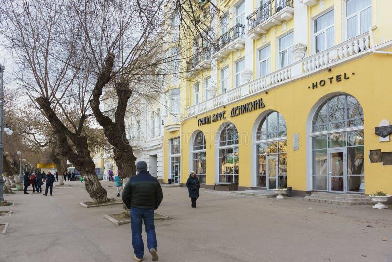 Povos na avenida Aivazovsky perto do café grande Denikin e Grand Hotel Astoria fotografia de stock