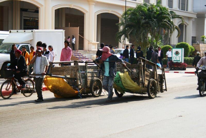 Povos na beira cambojana tailandesa. imagens de stock