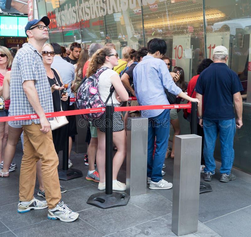 Povos na cabine de TKTS no Times Square que compram bilhetes a Broa imagem de stock