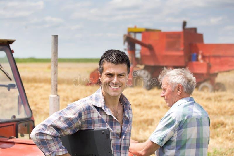 Povos na colheita foto de stock