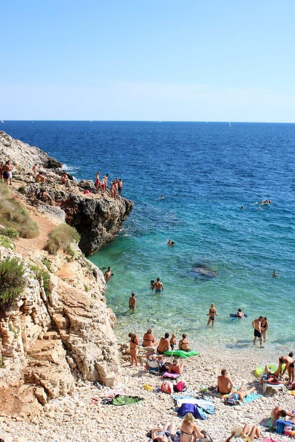 Povos na costa e no mar de adriático Verudela, Pula foto de stock