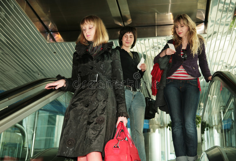 Povos na escada rolante no aeroporto imagens de stock royalty free