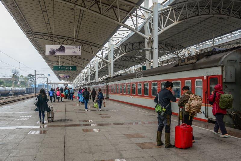 Povos na estação de trem em Nanning, China fotos de stock royalty free