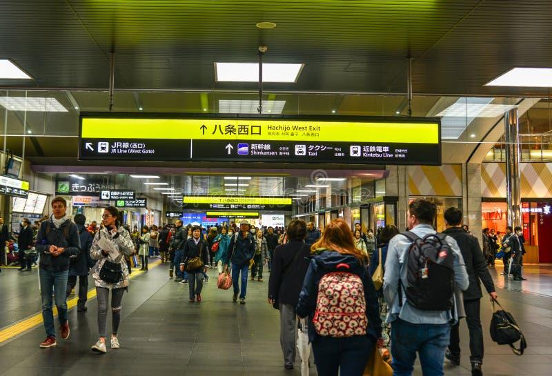 Povos na estação de trem em Osaka, Japão imagem de stock