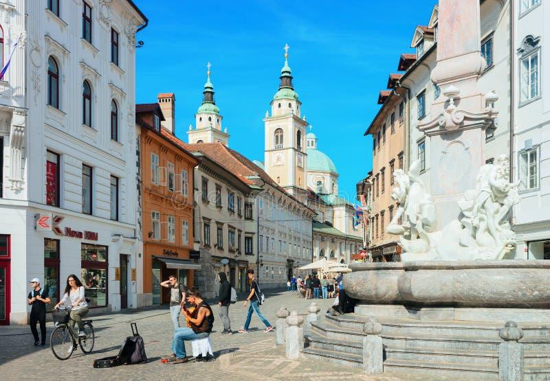 Povos na fonte de Robba na cidade velha do Eslovênia de Ljubljana imagens de stock royalty free