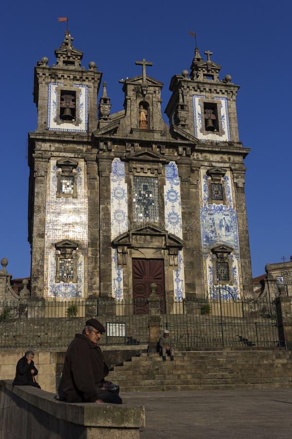 Povos na frente da igreja de Saint Ildefonso em Porto fotografia de stock royalty free
