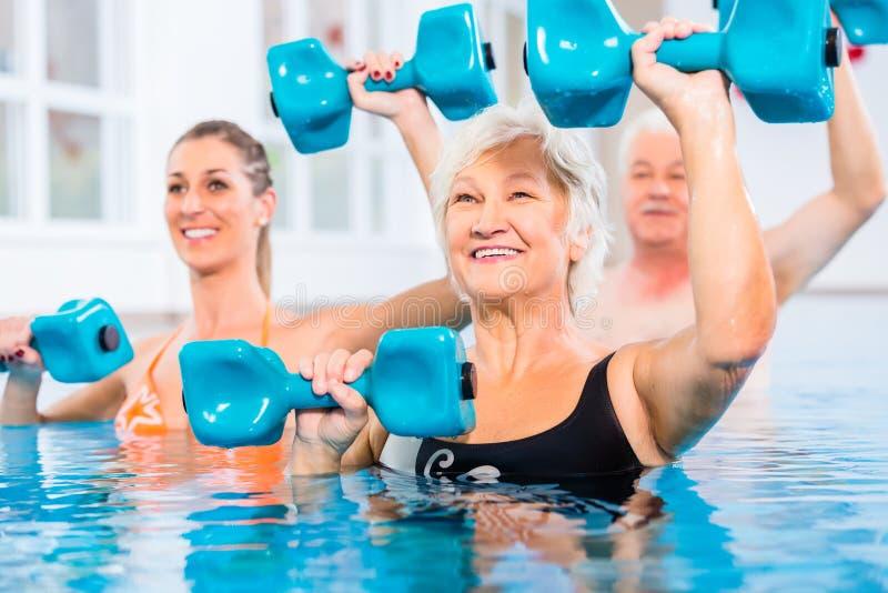 Povos na ginástica da água na fisioterapia imagens de stock