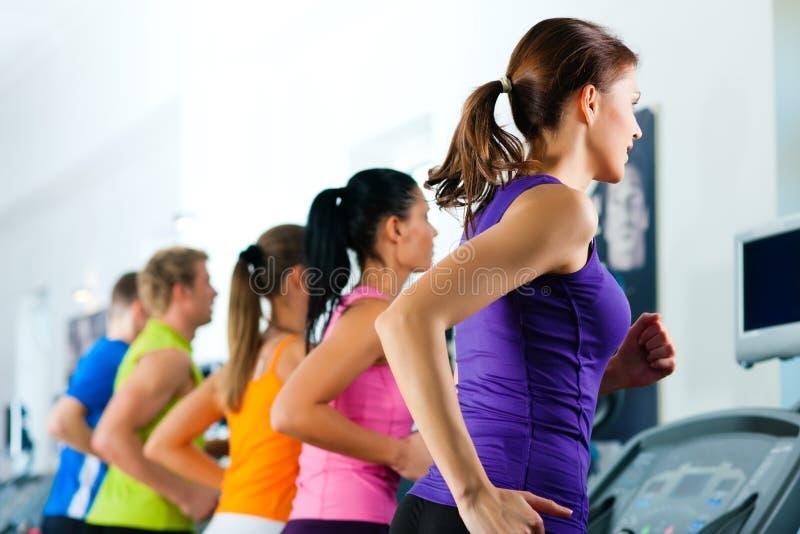 Povos na ginástica no corredor da escada rolante imagens de stock