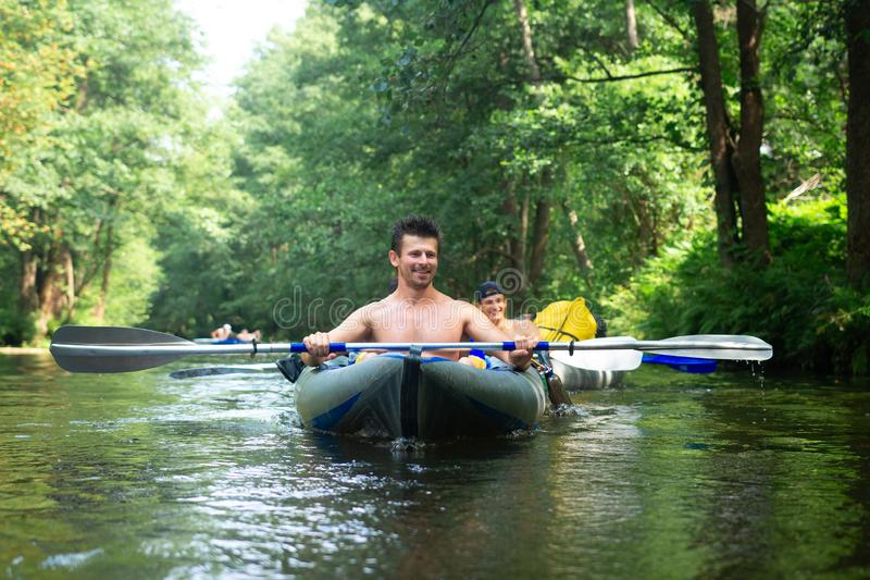 Povos na nadada do caiaque no rio kayaking imagem de stock