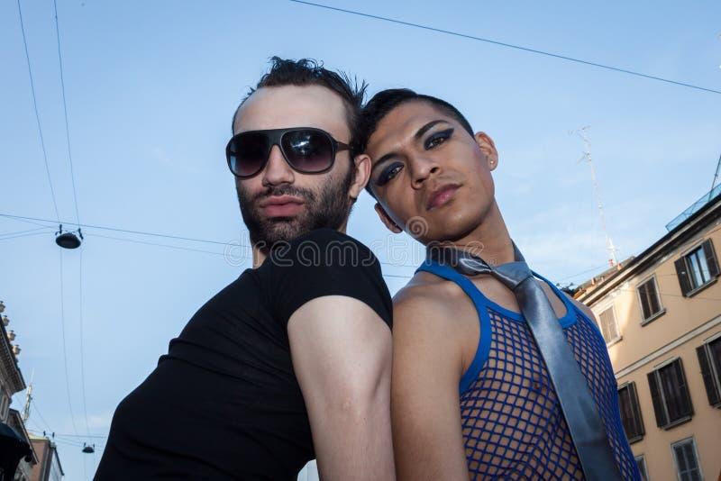 Povos na parada de orgulho alegre 2013 em Milão, Itália fotos de stock