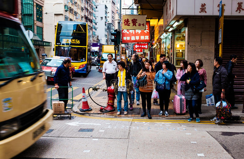 Povos na parada do ônibus, Kowloon, Hong Kong, China imagens de stock royalty free
