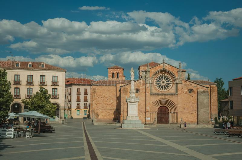 Povos na parte dianteira a paróquia de St Peter o apóstolo em Avila foto de stock royalty free