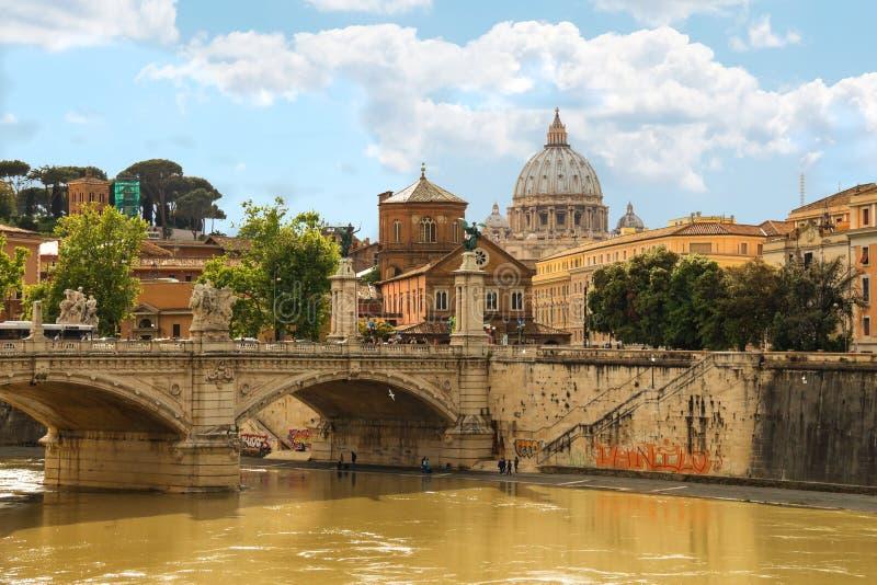 Povos na ponte de Castel Sant ' Angelo em Roma, Itália imagens de stock royalty free